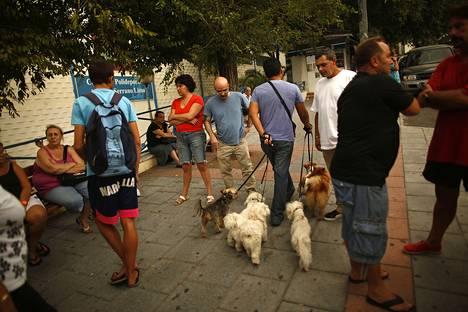 Turisteja Marbellan ruuhkaisilla kujasilla.