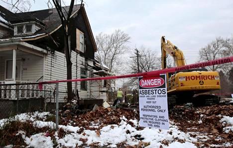 Kyltissä varoitettiin asbestivaarasta, kun taloa purettiin Detroitissa vuonna 2015.