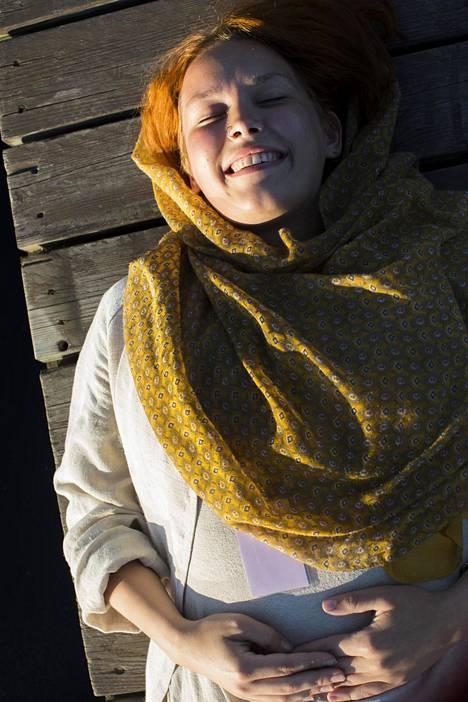 Vilja Lehtonen Porista. Vilja on talkoissa festareilla, ja nauttii ihanasta ilta-auringosta ja leppoisasta tunnelmasta Kitisen joen laiturilla.
