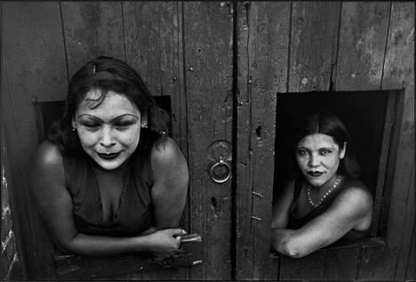 Cartier-Bresson kuvasi päivystävät prostituoidut Mexico Cityssä 1934.