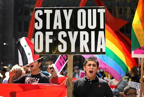 Maher Khuzman osallistui USA:n Syyrian hyökkäystä vastustavaan mielenosoitukseen Chicagossa lauantaina. Khuzman saapui Yhdysvaltoihin Syyriasta 18 kuukautta sitten.