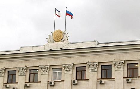 Venäjän ja Krimin liput liehuivat Krimin parlamenttitalon katolla Simferopolissa keskiviikkona.