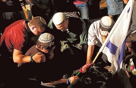 Juutalaisnuoret surivat haudalla israelilaisteiniä, joka tapettiin kesäkuussa Länsirannalla samaan aikaan kuin kaksi muuta nuorta.