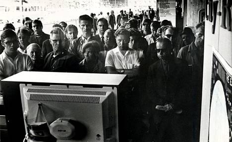 Helsinkiläiset seurasivat Kuustudiota Makkaratalon televisiokaupan näyteikkunan väritelevisiosta heinäkuussa 1969.<BR/>