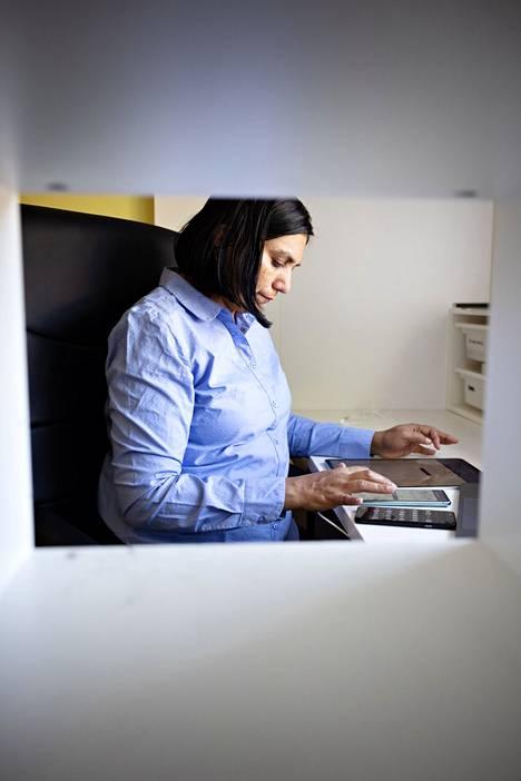 """""""Töissä on joustavampaa kuin Intiassa. Esimerkiksi työajat voi sovittaa lasten hoitoaikojen mukaan ja neuvolassa voi käydä kesken työpäivän"""", Nilima Nerpagare sanoo."""