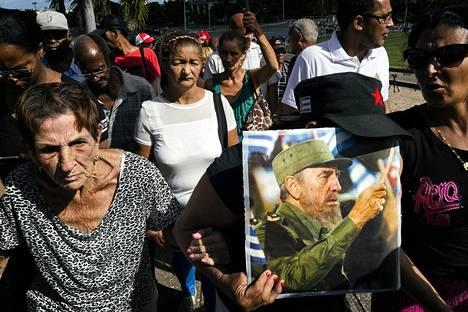 Naiset kerääntyneet Havannassa jättämään Castrolle jäähyväiset. Tuhkauurna lähti liikkeelle Havannasta kohti Santiagoa. Yksi naisista peittää kasvonsa koska on muuttanut Kuubasta pois, ja häntä hävettää.