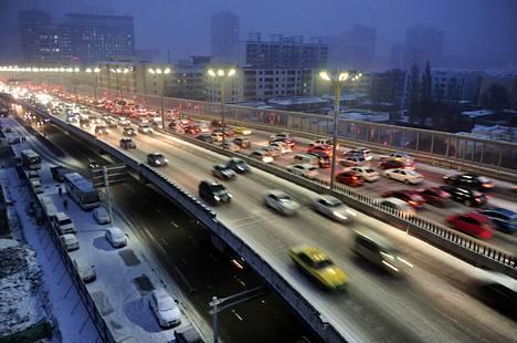 Autoliikennettä Urumqin kaupungin sillalla Kiinassa marraskuussa 2014.