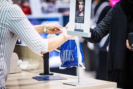 Suomessa Sokoksen tavarataloissa on jo siirytty maksullisiin muovikasseihin.
