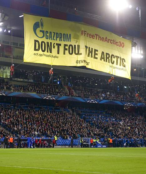 """Greenpeacen aktivistit järjestivät tiistai-iltana suuren mielenilmauksen Baselin ja Schalken välisessä Mestarien liigan jalkapallo-ottelussa Sveitsin Baselissa. """"Gazprom, älä pilaa Arktista"""", lakanassa sanottiin. Siinä kehotettiin myös vapauttamaan Venäjällä vangitut 30 aktivistia."""
