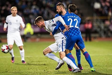 Kroatian Josip Pivarić pidätteli Suomen Janne Sakselaa MM-karsintaottelussa.