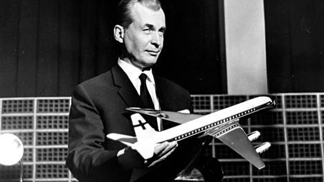 Pääjohtaja Gunnar Korhonen ja DC-8 Super 62 CF.