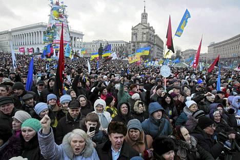 Mielenosoittajia arvioitiin olevan Kiovassa sunnuntai-iltapäivänä ainakin 50000.