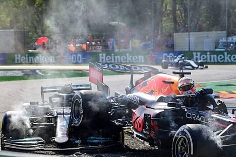 Max Verstappenin (oik.) ja Lewis Hamiltonin kisa Monzassa päättyi rajuun kolariin.
