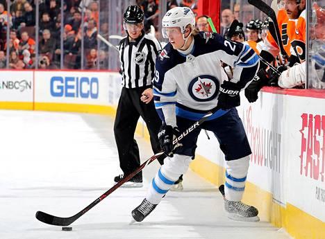 Winnipeg Jetsin hyökkääjä Patrik Laine piti kiekkoa ottelussa Philadelphia Flyersia vastaan.