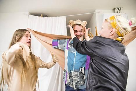 Anna Häkkinen ja Jarkko Räsänen sovittavat liito-orava-asuja Asbestos-kollektiivin tiloissa, sillä he aikovat olla mukana Big Dada -sarjan yhdessä esityksessä. Sade Risku (oik.) auttaa.