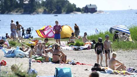 Helteiset säät saivat monet lähtemään rannalle, mutta turvaväleistä olisi tarpeen pitää edelleen kiinni.