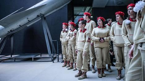 Sotilaallisen nuorisoliikkeen jäsenet osallistuivat tutkimusmatkakeskuksen avajaisiin Pietarin merisotamuseossa joulukuussa. Oppilaita koulusta numero 210.