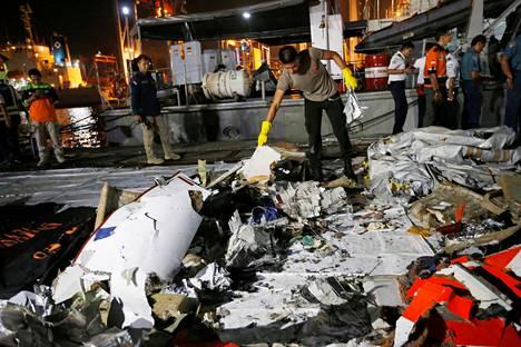 Indonesian poliisi tutki mereen syöksyneen matkustajakoneen jäänteitä Jakartassa 29. lokakuuta.