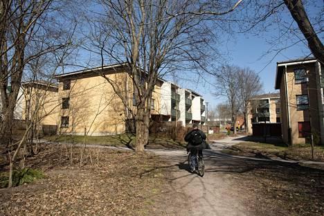 Helsinki etsii monistettavaa ratkaisua lähiöiden täydennysrakentamiseen. Karviaistie 12:n vuokrataloista järjestettiin arkkitehtuurikutsukilpailu, jonka voitti ehdotus nimeltä Metsä puilta.