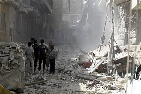 Aleppon kaupunkikuvaa perjantaisen ilmahyökkäyksen jäljiltä. Syyrian sisällissodassa on monta osapuolta.