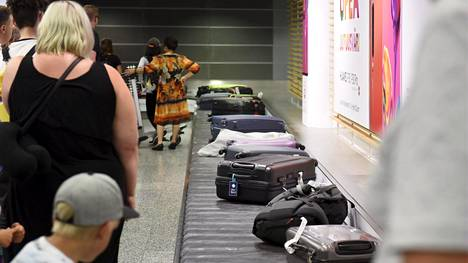 Matkustajat odottivat matkalaukkujaan Helsinki-Vantaan lentokentällä viime heinäkuussa.