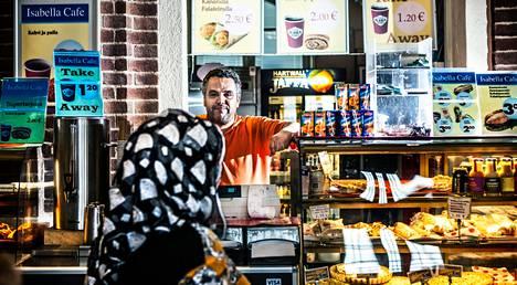 Marokossa syntynyt Idrissi Lahoussine on pitänyt kahvilaa Helsingin rautatieasemalla viisi vuotta. Suomeen hän saapui 23 vuotta sitten.