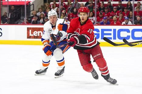 Ny Islandersin Leo Komarov ja Carolinan Sebastian Aho kohtasivat toisensa NHL-kaukalossa Raleighissa vuoden 2018 lokakuussa.
