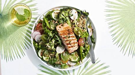 Ruokaisaan salaattiateriaan tarvitaan proteiinin lähde, ja kala on tähän tarkoitukseen erityisen terveellinen valinta.