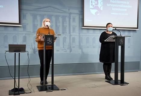Sisäministeri Maria Ohisalo (vas.) ja perhe- ja peruspalveluministeri Krista Kiuru hallituksen tiedotustilaisuudessa perjantaina.