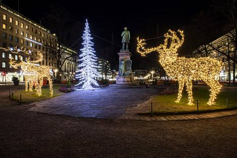 20. joulukuuta: Jouluvaloja lumettomalla ja viheriöivällä Esplanadilla.