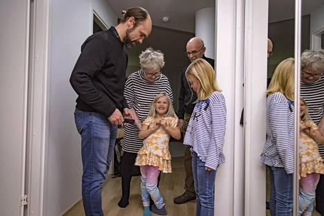 """Kuopiossa yli 40 vuotta asuneet Leena ja Pekka Peura muuttivat lastensa perässä Helsinkiin. """"Vanhempien muutto tänne oli yllätys, mutta olen tosi onnellinen, että niin tapahtui"""", Matti Peura (vas.) sanoo. Viola ja Sofia viettävät isovanhemmillaan paljon aikaa."""