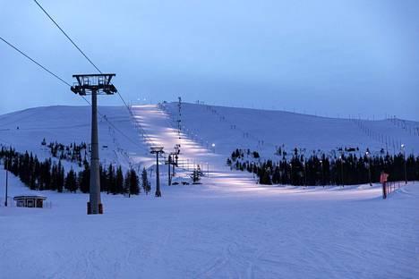 Ylläs-tunturi lauantai-iltana hetki hissien pysähtymisen jälkeen. Sunnuntaina hiihtokeskus sulkeutui kokonaan tältä kaudelta.