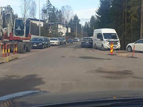 Kauniaisissa Vanhan Turuntien varressa sijaitsevan jäähallin ympäristö on hyvä esimerkki siitä, mitä tapahtuu, kun pysäköinnin valvontaan ei ole riittäviä resursseja.