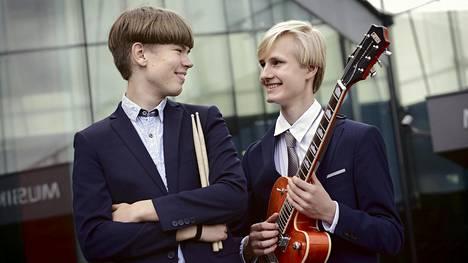 Ensimmäisellä albumillaan kitaristi Milo Mäkelä (oik.) ja rumpali Mooses Kuloniemi soittavat versioita yhdysvaltalaisista jazzkappaleista. Seuraavalle on luvassa myös omia sävellyksiä.