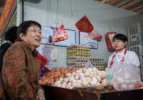 Liu Changying osti kananmunia kauppahallista Kiinan pääkaupungissa Pekingissä. Liu ostaa mielellään kalliimpia tuotteita varmistaakseen, että ruoka on turvallista.