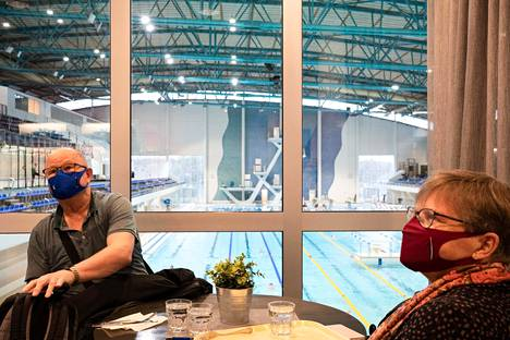 Ari ja Marjatta Aalto tulivat vesijuoksun jälkeen lounaalle Mäkelänrinteen uimahalliin.