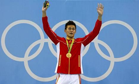Camille Lacourtia oksettanut palkintojenjako. Kiinan Sun Yang saa kultamitalinsa.