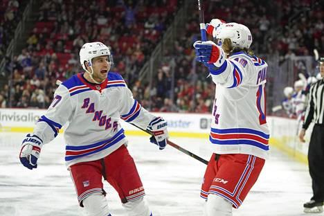 New York Rangersin Artemi Panarin juhlii maaliaan puolustaja Tony DeAngelon kanssa. Rangers voitti Carolina Hurricanesin 5–2.