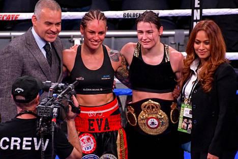 Eva Wahlström ja Katie Taylor poseerasivat kuvaajille ottelun jälkeen. Kuva ei ole Eva-dokumenttisarjasta.