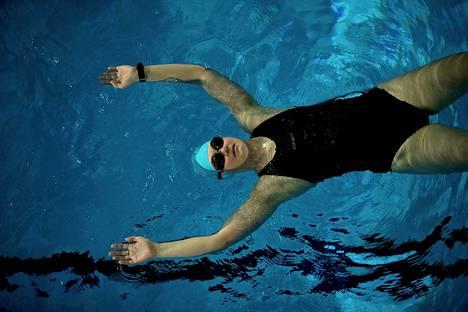 """Pia Ahti harjoittelee triathlonia varten Mäkenlänrinteen uimahallissa. """"Osallistuin vapaauintikurssille, jonka vetäjäksi sattui triathlonisti. Siitä intoni lähti kunnolla laukalle"""", hän sanoo."""