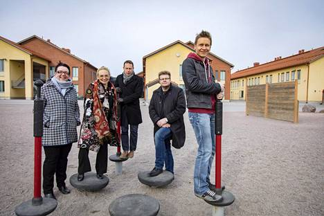 Vantaalaiset äänestivät vanhempainyhdistys Vanvaryn sisäilmatoimikunnan jäsenistä peräti kuusi valtuustoon. Tiistaina heistä ennättivät kuvaan Tiina Tuomela (vas.), Sirpa Kauppinen, Jan Edelmann, Jari Jääskeläinen ja Sami Kanerva. Kuvauspaikkana on sisäilmaongelmainen Kartanonkosken koulu.