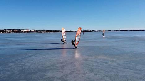Nopeus voi nousta jäällä sataan kilometriin tunnissa.