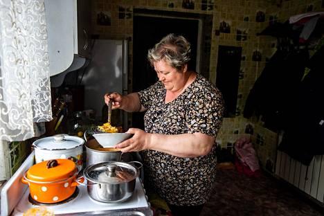 Natalija Viktorovna kauhoo kulhoon kaalikeittoa, jota Ukrainassa kutsutaan borssiksi, vaikka siinä ei olisi punajuurta.