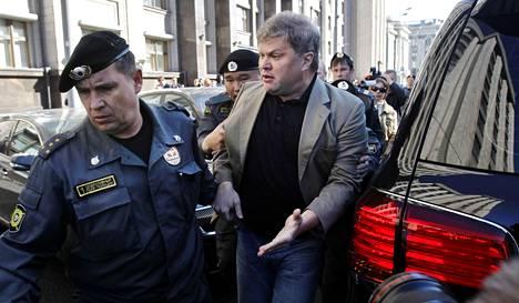 Poliisi otti tiistaina Moskovassa kiinni oppositiopuolue Jablokon puheenjohtajan Sergei Mitrohinin, kun tämä osallistui duuman edessä mielenosoitukseen. Mielenosoituksessa vastustettiin uutta lakia, joka vaikeuttaa mielenosoitusten järjestämistä.