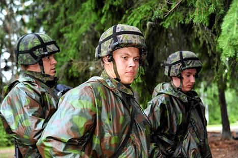 Jääkiekkoilijat Mikko Koivu (vas.), Mikael Granlund ja Sami Vatanen Hämeen Rykmentin urheilukoulun maastoharjoituksissa Lahdessa kesällä 2011.