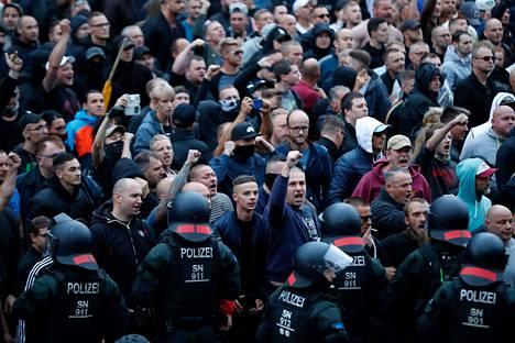 Mellakkapoliiseja ja mielenosoittajia Chemnitzissä Saksassa 27. elokuuta.