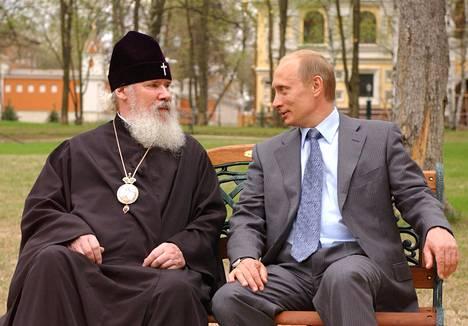 Venäjän presidentti ja patriarkka Aleksei II keskustelevat Moskovassa vuonna 2003. Ortodoksisen kirkon rooli Venäjällä on merkittävä.
