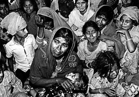 """<span class=""""korostus"""">Indira Gandhin murhaa seuranneet väkivaltaisuudet 1984. </span>""""Kuva on pimeästä bunkkerista, jossa haisi eritteille. Kuvassa sikhinaiset itkevät tapettuja miehiään."""""""