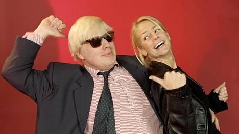 Brittiläisruotsalainen televisiotähti Ulrika Jonsson antamassa Boris Johnsonille tanssinopetusta vuonna 1998. Johnsonista itsestään tuli samaan aikaan tv-kuuluisuus BBC:n Uutisvuoto-ohjelman myötä.