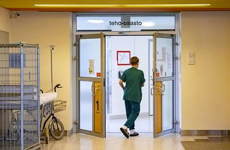 Hoitaja menossa teho-osastolle Keski-Suomen keskussairaalassa Jyväskylässä 7. huhtikuuta.